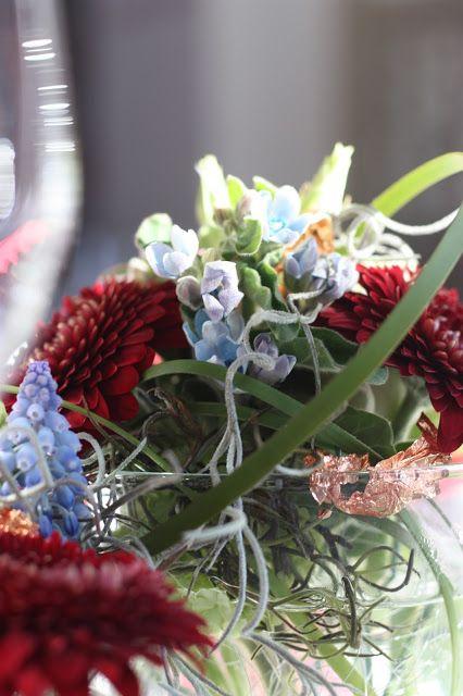 Tischblumen Winterhochzeit in den Bergen am Riessersee Hotel Garmisch-Partenkirchen in Bayern, Kupfer, Dunkelrot, Hellblau, Grau, Winter wedding abroad Bavaria in copper, ruby red, light blue