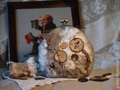 Сумочка `Винтажные сказки`. Сумочка в стиле бохо.  Выполнена в технике мокрого валяния .  Использованы различные декоративные волокна,лен, шерстяные кудри , кружево , деревянные пуговицы.    В комплект к сумке - браслет и шарф из натурального шифона…