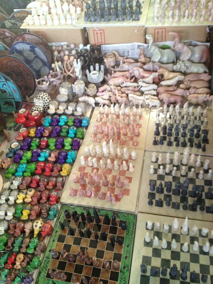 Pietra saponaria la terra rossa del Kenya fornisce l'argilla, inchiostro vernice e lucido da scarpe servono a decorare, tintura di cera d'api per sigillare tutto e cottura finale nel forno a carbone. Il risultato sono colorati e pratici porta oggetti, piatti, vasi, statuine di animali e articolari scacchiere con le pedine che riproducono figure tribali.