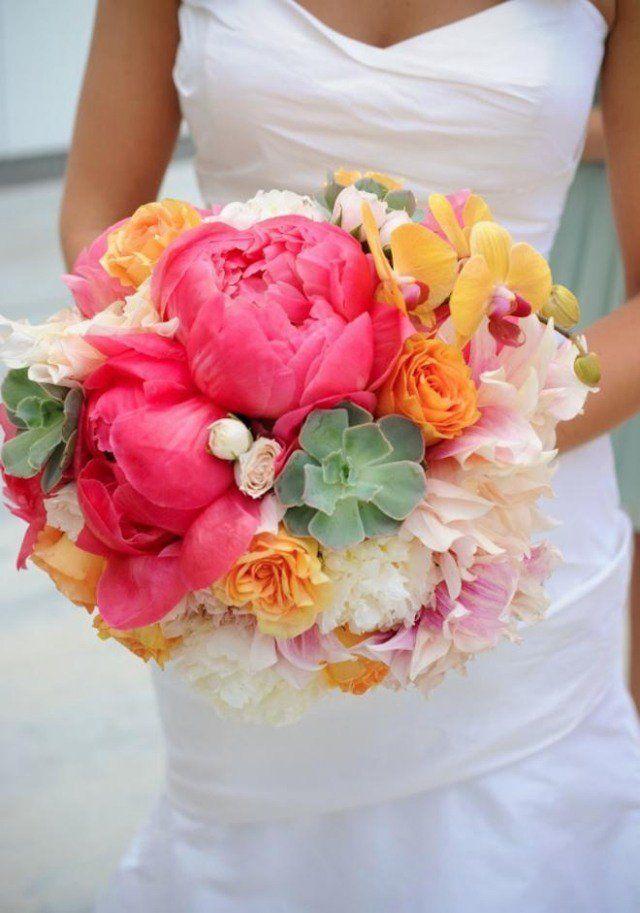 bouquet de mariée magnifique de pivoines roses et plantes succulentes