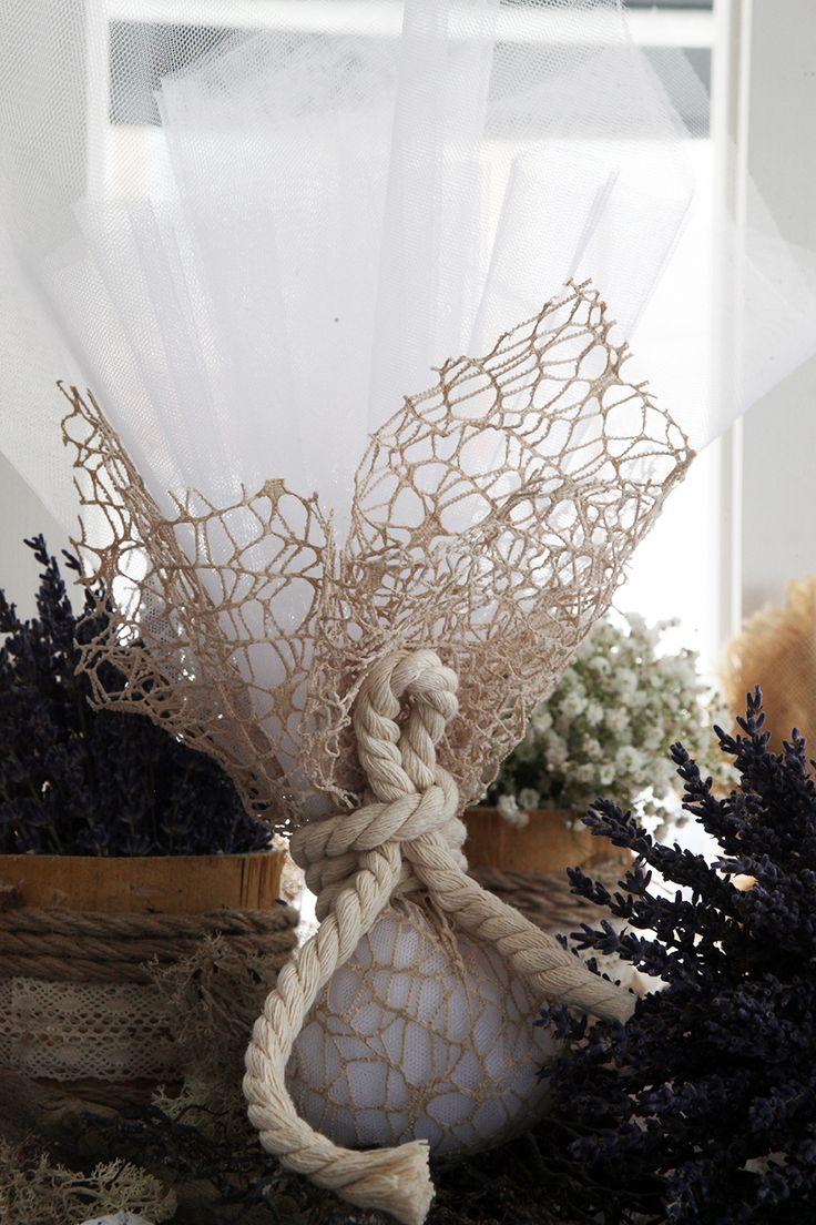 Μπομπονιέρα τούλινη με αραιό δίχτυ, δέσιμο με χοντρό κορδόνι οικολογικό.