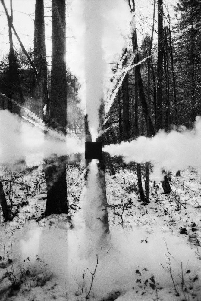 Roman SIGNER, Rauchkreuz, 1975 Son travaik consiste à sculpter le temps et l'espace à l'aide d'explosifs.