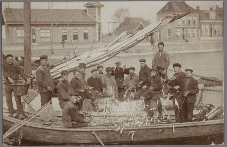 Vissermannen plukken ansjovis uit netten in ansjovisvlet, Lemmer, 1910-1935 #Friesland