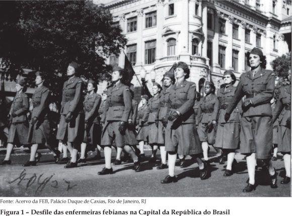 A fotografia ilustra um trecho do desfile da FEB no Rio de Janeiro em 31 de março de 1944. Nesta ocasião, os expedicionários tiveram a oportunidade de apresentarem-se em público e de receberem solenemente as despedidas da presidência da República e da população carioca. Enfermeiras da F E B