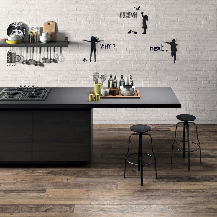Une #cuisine #contemporaine avec #abkemozioni. #floor DOLPHIN Clay + Oak #wall DO UP Street White #ceramic #homedesign #kitchen #graphic #decor #gres #porcellanato