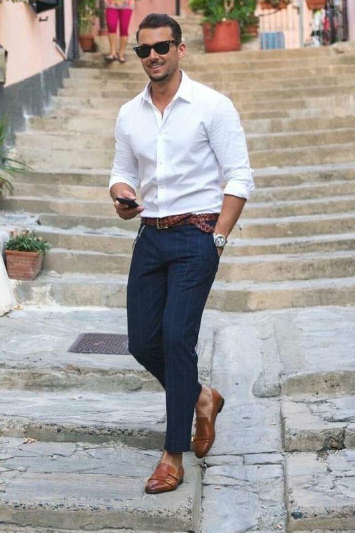 f56d5d831e11c tenue classe homme, pantalon bleu marine, chemise blanche, chaussures bouts  pointus en couleur caramel, ceinture marron tressée, vêtement homme classe
