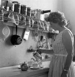 Koffie inschenken in de keuken, Flevoland 24 juni 1959. In de keuken zijn onder andere een rasp, een snelkookpan, een plastic vergiet, een t...