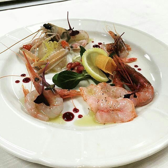 #TASTE_CORNER  Degustazione di crostacei presso @glauco_restaurant_milan :  Rosso di Mazara gambero viola gambero gobetto scampo con la sua tartare  | Taste if shellfish: Rosso of Mazara violet shrimp gobetto shrimp scampo shrimp with its tartare  #olio_poderi_trelicium #evoitaliano #evo_ilpagliaio #semplicementepesce #ristoranteglauco #italia #italiandinner #italiandish #italyfood #milano #dinner #shrimps #piattiitaliani #foodie #cucinamediterranea #gamberi by olio_poderi_trelicium