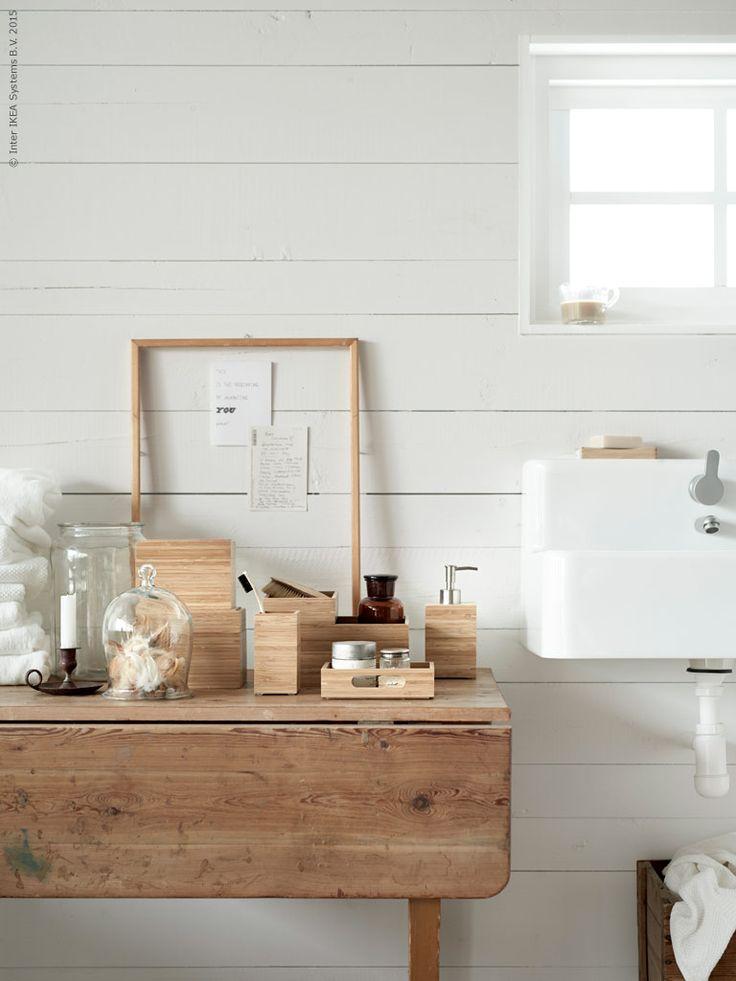 DRAGAN badrumstillbehör i klarlackad bambu. Bambu är ett superstarkt förnyelsebart material som tål att slitas på. Det är en av världens mest snabbväxande växter och därför även ett bra material sett ur ett hållbarhetsperspektiv.