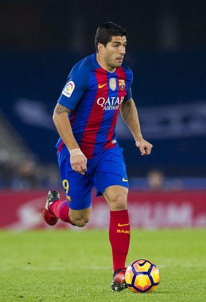 Luis Suarez of FC Barcelona controls the ball during the La Liga match between Real Sociedad de Futbol and FC Barcelona at Estadio Anoeta on November 27, 2016 in San Sebastian, Spain.