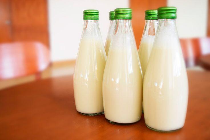 Se tiende a pensar que la leche es un alimento imprescindible para el ser humano y eso no es del todo cierto, hay fuentes alternativas de calcio que además nuestro cuerpo asimila muchísimo mejor. Por cierto, ¿sabías que un nuevo estudio relaciona directamente el consumo de leche con la aparición de acné? La leche, ¿buena o mala?