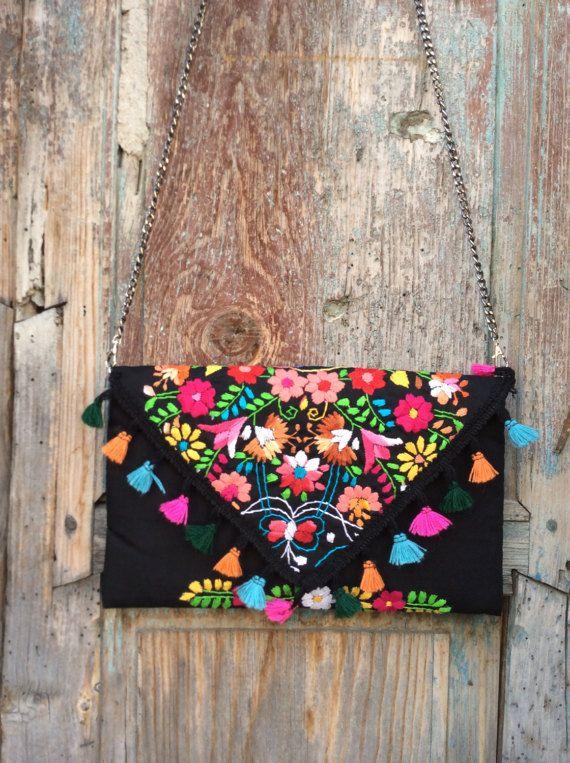 Hermosa bolsa hecha a mano,pieza única hecha en México, bordado artesanal tradicional de puebla, hecha por Pure love especialmente para ti. The measurements are: width 32 cm (12.5 ) by 19cm (7.5) high.