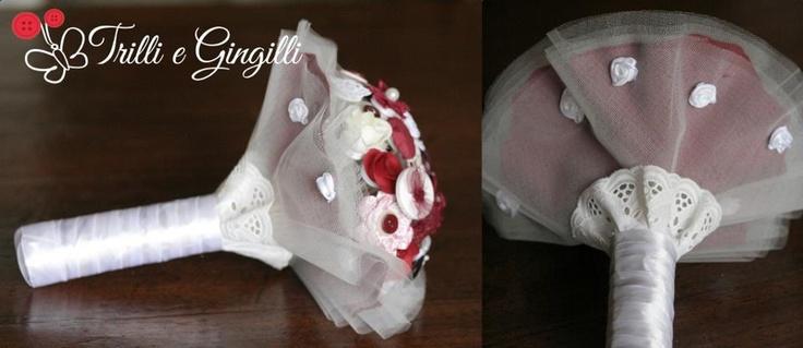 Bouquet realizzato con bottoni, perle, fiori di stoffa e carta sui toni del bianco e bordeaux