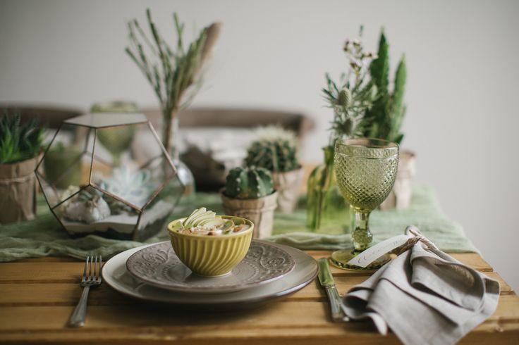 Оформление стол гостей в эко стиле. Нестандартная сервировка предпраздничного стола. Свадьба в эко стиле. Зеленая свадьба Александра и Анны. В основе концепции песок и кактусы.
