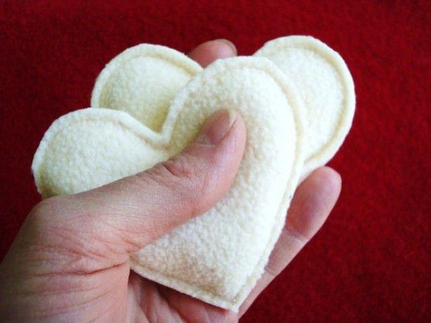 kleine handen warmertjes;  maak hartjes uit restjes fleece, vul met rijst. 25 seconden in de magnetron en stop ze in je jaszak...