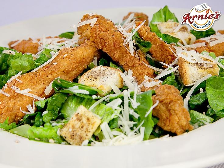 Ceasar Salad.  Fresca lechuga romana acompañada de nuestro especial aderezo Ceasar a base de queso parmesano, anchoas y aceite de oliva. Puedes acompañarla con pollo cajón, pollo a la parrilla y camarones.