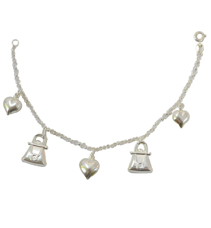 Pulseira em prata, com pingente em formato de corações e bolsas