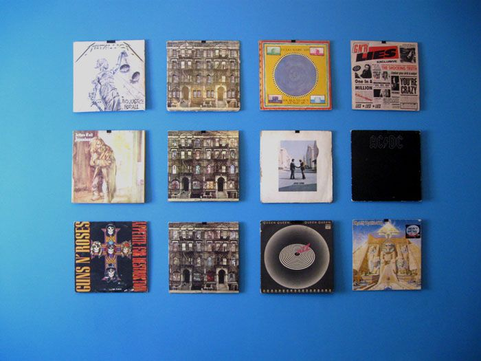 Pared decorada con discos de vinilo.