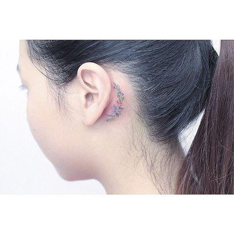 Detrás del tatuaje de la flor del oído …