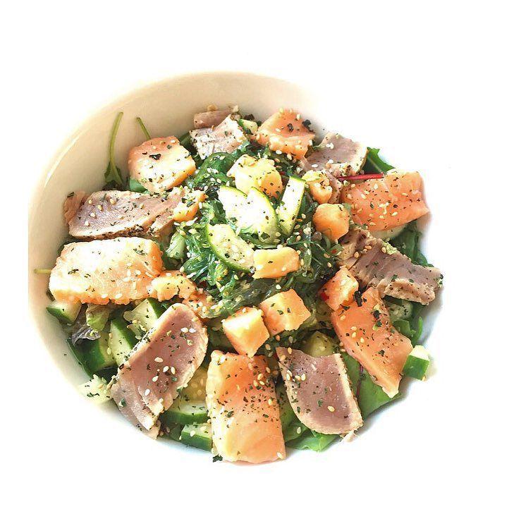 Vanavond op het menu... Deze salade met zalm sashimi en tonijn tataki.. Zeewiersalade komkommer en een dressing van wasabi en soya..  Lekkerrr! De tonijn is van @musclemeatnl kennen jullie hun al? #aanrader !! by ashleywillems