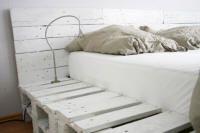 Wit geschilderde pallets als bed.
