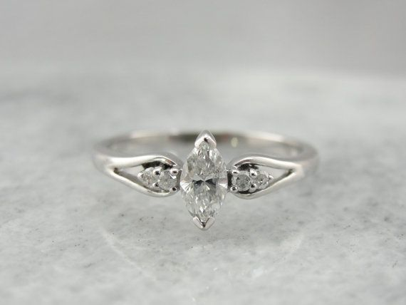 Anello di fidanzamento di diamanti taglio Marquise di MSJewelers