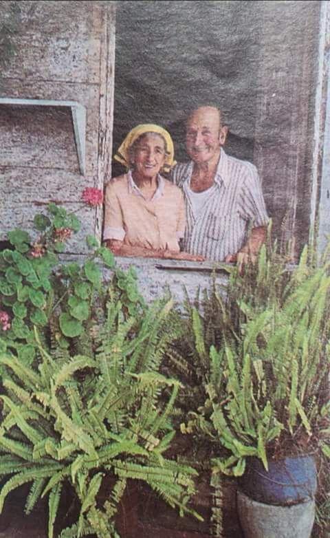 Todos los que andamos en los 40 50 60 70s recordamos al famoso Panco con su inseparable hermana .El le arreglaba cualquier desguinse torcedura o una muñeca abierta .esta foto de la década de los 70s en san Rafael Vazquez de Coronado