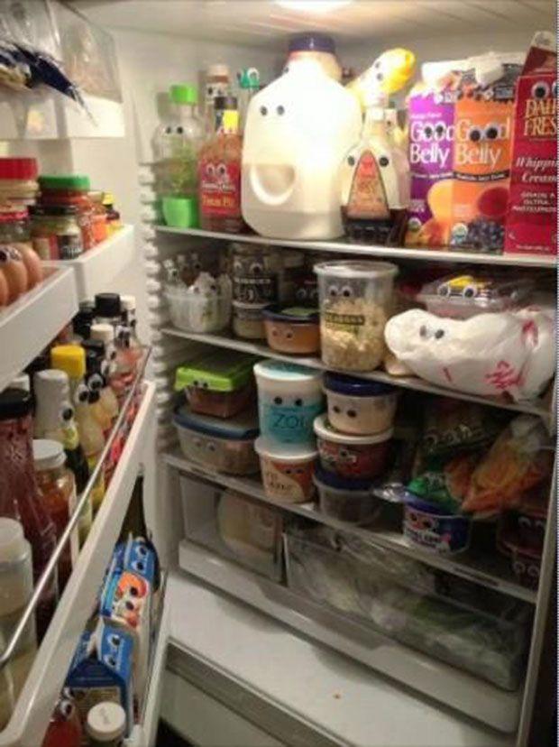 April's fool - 1er avril : mettre des yeux sur tous les aliments dans le frigo