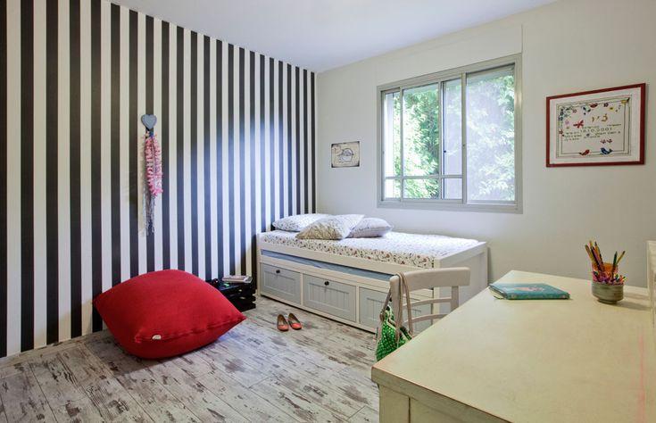 стены комнаты обои черные и белые полосы Canopy дочери.  Под окном была помещена в кровать с ящиками закончить светло-голубые бары и противоположный цветной стол для стирки (Фото: Агарь Doppelt)