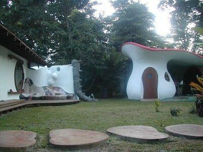 Vista jardín parte delantera, terraza y garaje con forma de hongo. Si quieres ver más, visita OneDreamArt.com