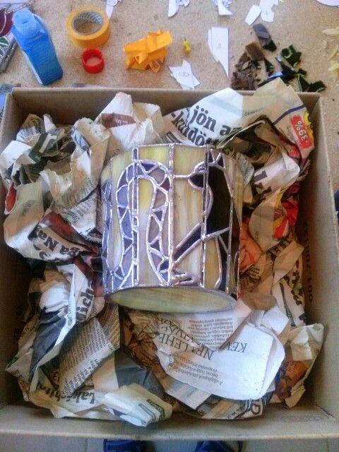 A gyertyatartót újságpapírokkal bélelt dobozba fektetem. Így nem kell az átforrósodott üveget forrasztás közben tartanom.
