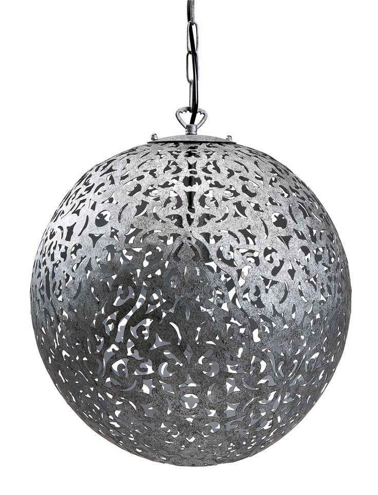 Dekorativ taklampa i metall. Det stansade, oregelbundna mönstret ger ett mycket effektfullt sken. Komplettera med ljuskälla.