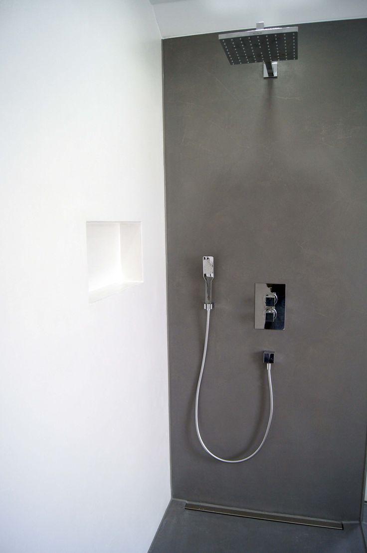 Bad aus gespachteltem #Beton in Weiß und Schwarz,…