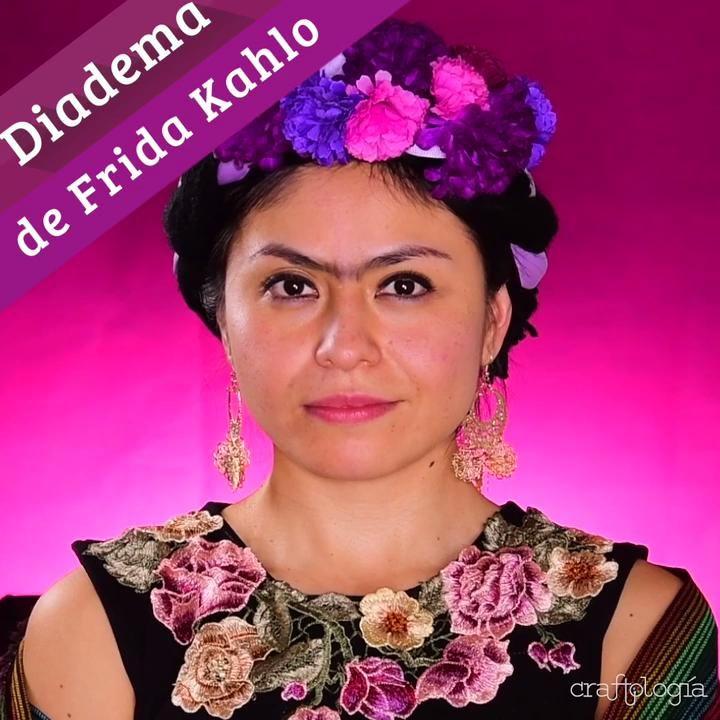 Esta diadema será el toque final para tu disfraz de Frida, es súper sencillo hacerla y lucirás increíble. Sólo necesitas un poco de estambre, listón y flores. No esperes más y haz la tuya. Frida Kahlo Makeup, Frida Kahlo Costume, Halloween Hair, Diy Halloween Costumes, Vintage Hairstyles, Diy Hairstyles, Diy Angel Wings, Diy Wig, Diy Carnival