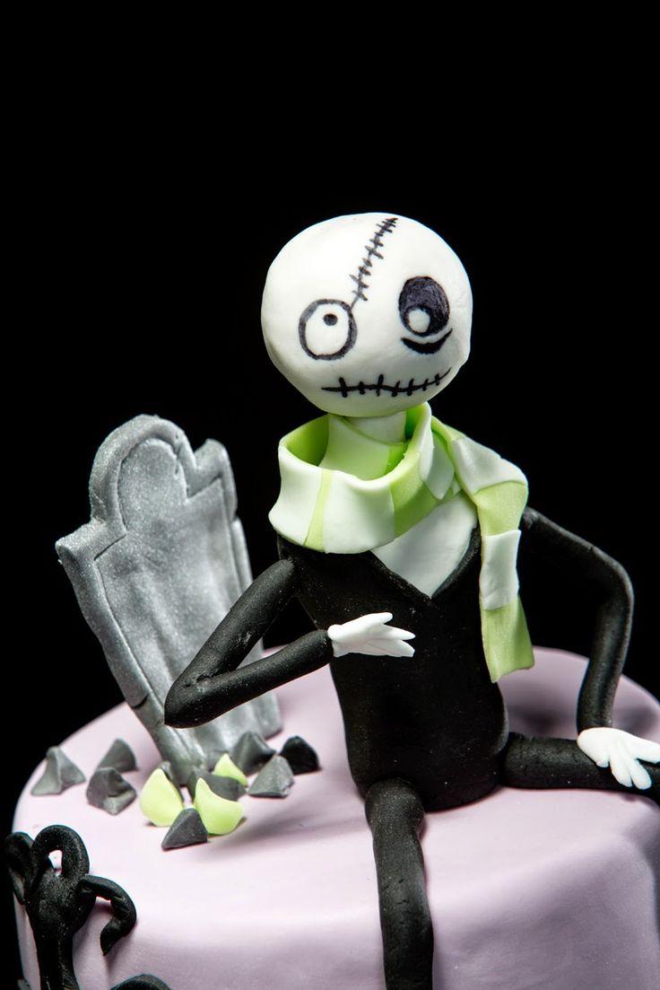 Sokerimuruja : HALLOWEEN: Zombiet ovat täällä! Red Velvet -kakkupöydässä! / Zombie made of sugarpaste. Halloween red velvet cake for 25 ppl.