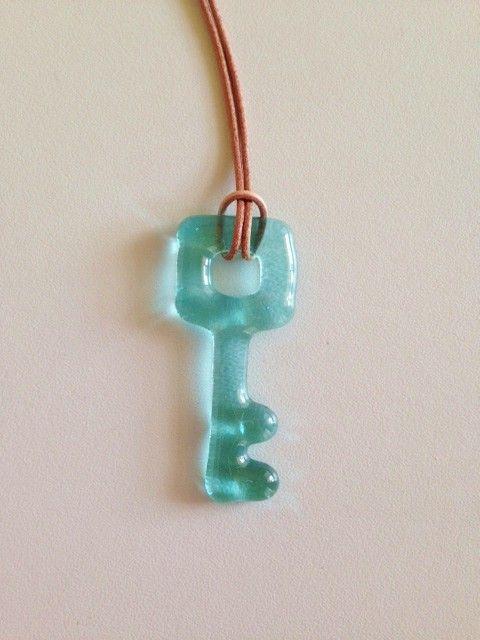 胸元にぶら下げるガラスの鍵。アクアマリンブルー。少し緑がかった爽やかな水色です。ガラスの大きさ 縦 約5.5cm × 横 約2cm(keyのてっぺ...|ハンドメイド、手作り、手仕事品の通販・販売・購入ならCreema。