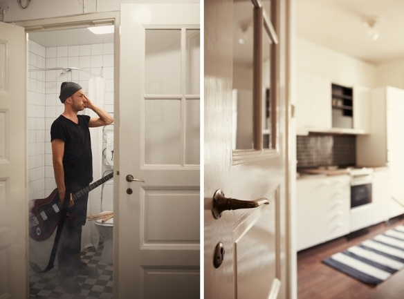 Mäklarfirman Fantastic Frank fotar Peter Bjorn and John på Hornsgatan 149 inför en försäljning av lägenheten. Kök och badrum.
