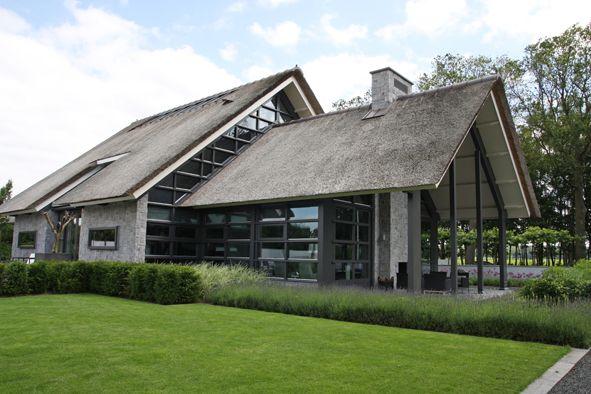 Moderne rietgedekte villa met bijgebouw en zwembad projecten bouwbedrijf habe dream house - Veranda modern huis ...