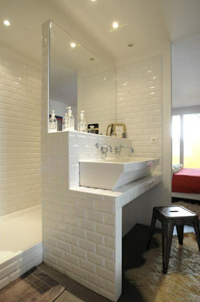 Lavabo double séparé du miroir #nettoyagefacile et étagère carrelée pour les accessoires de salle de bain