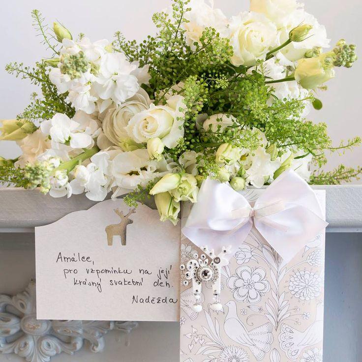 Vdává se vaše kamarádka? Zapomeňte na rádoby praktické dary, na které bude akorát tak sedat prach a místo třetího topinkovače jí udělejte radost broží. Třeba sněhobílý Zásnubien ji bude svatební den už navždy připomínat.