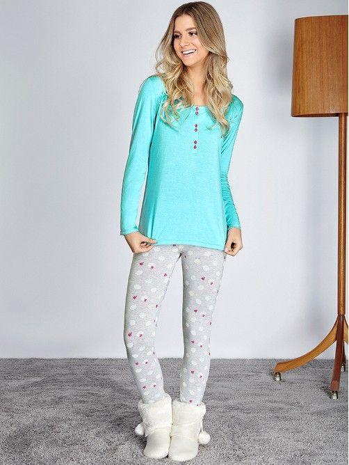 Estampas exclusivas e descontraídas para noites perfeitas! Este pijama traz um mood alegre e relax para as suas noites. A cor clara e neutra aliada a estampa traz jovialidade a peças clássicas. A blusa possui botões frontais para auxilar na amamentação e a calça possui cós de elástico. O tecido é macio e super confortável.Tecido: viscoseComposição: Blusa: 93% viscose e 7% elastano Calça: 92% viscose, 5% elastano e 3% poliésterDica: Todas as nossas peças possuem uma etiqueta com instruções de…