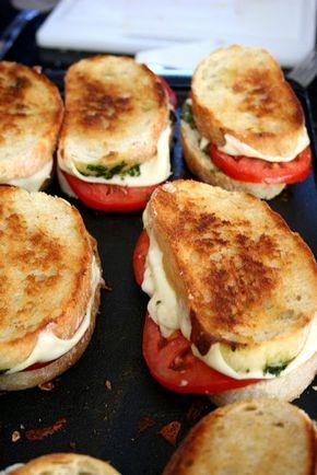 Sándwich a la parrilla con tomate, mozzarella, albahaca y aceite de oliva.