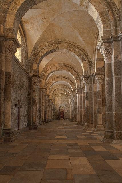 Basilique de Vèzelay (89) Bas-côté sud . Au fond la porte donnant sur la Narthex