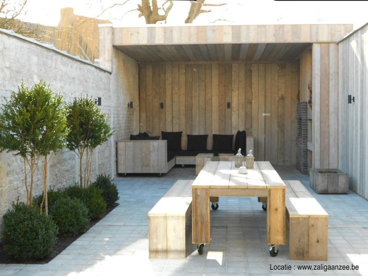 tuin met overdekt terras en buitenhaard en loungehoek | vakantiehuis voor 12 tot 14 personen in Knokke
