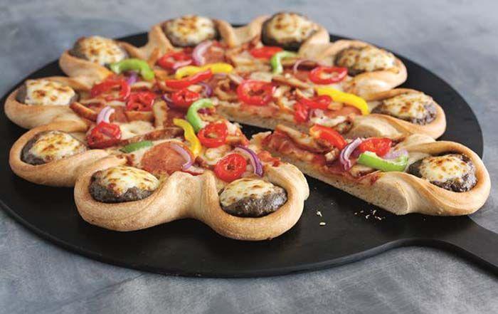 Компания «Pizza Hut» ежегодно балует клиентов необычным блюдом, на этот раз их детище объединило в себе Запад и Восток. «Симпатичные запеченные бургеры» по ее краям украшают каждый ломтик. Можно полить свой кусочек классическим кетчупом, горчицей или фирменным соусом компании. Кроме формы, к макдональдским ноткам можно отнести наличие говядины, листьев салата, помидора, лука, сыра. В июне 2015 года копания впервые представила на американском рынке пиццу с хот-догами