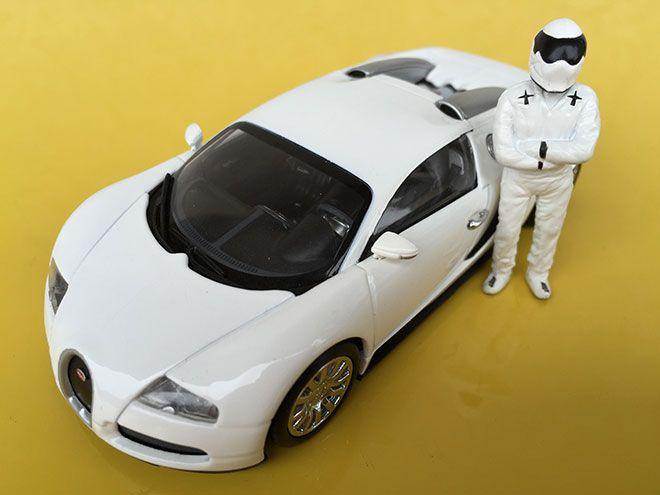Stig guida a Top Gear una delle auto più veloci del mondo la favolosa Bugatti Veyron. La sfida vedrà il super pilota del programma televisivo prodotto dalla BBC contro un'altra supercar; la Pagani Zonda. Questo è il modello ufficiale in scala 1/43 dell'evento. Chi vincerà la sfida ? Condividi se ti è piaciuto Facebook Twitter …