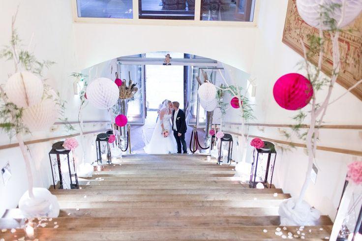Empfang eines Brautpaares in Schloss Loretto mit Pompomdeko