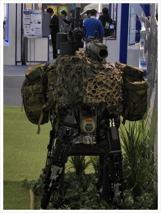 犬馬ロボット(견마로봇)。韓国にあるKITECH(韓国生産技術研究院)によって発表されたギョンマ(견마、犬馬の意)のような歩行を行える設計のロボット。機関銃や擲弾発射機などを搭載可能とのこと。監視や輸送に対応する。