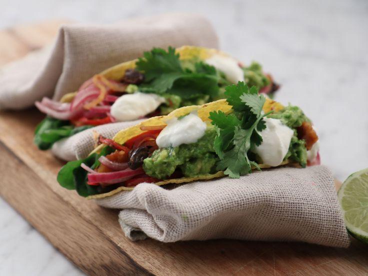 Halloumitacos med avokadokräm och inlagd lök | Recept från Köket.se