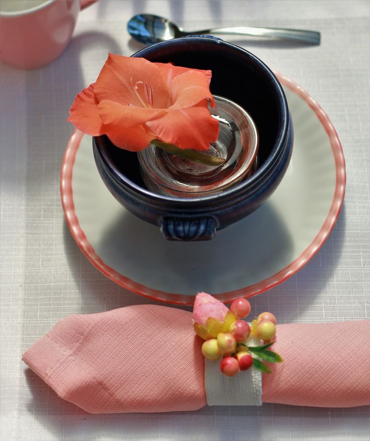 created by DECOLOGICA, summer table decorations ideas, navy blue and coral,